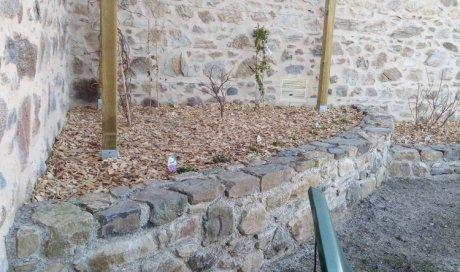 réalisation d'un massif avec un muret en pierre
